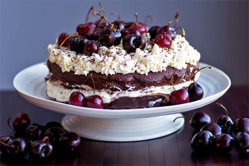 Рецепт шоколадного торта с вишней и сливками
