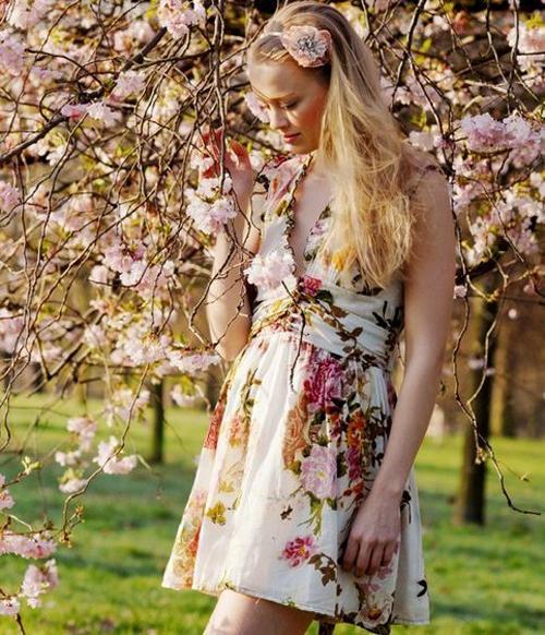 Как и кому стоит носить платья в цветочек