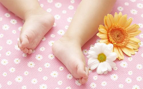Потеют ноги у ребенка. Почему и когда нужно беспокоиться?
