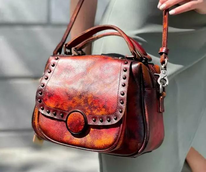 Как правильно использовать женскую сумочку в создании неповторимого образа